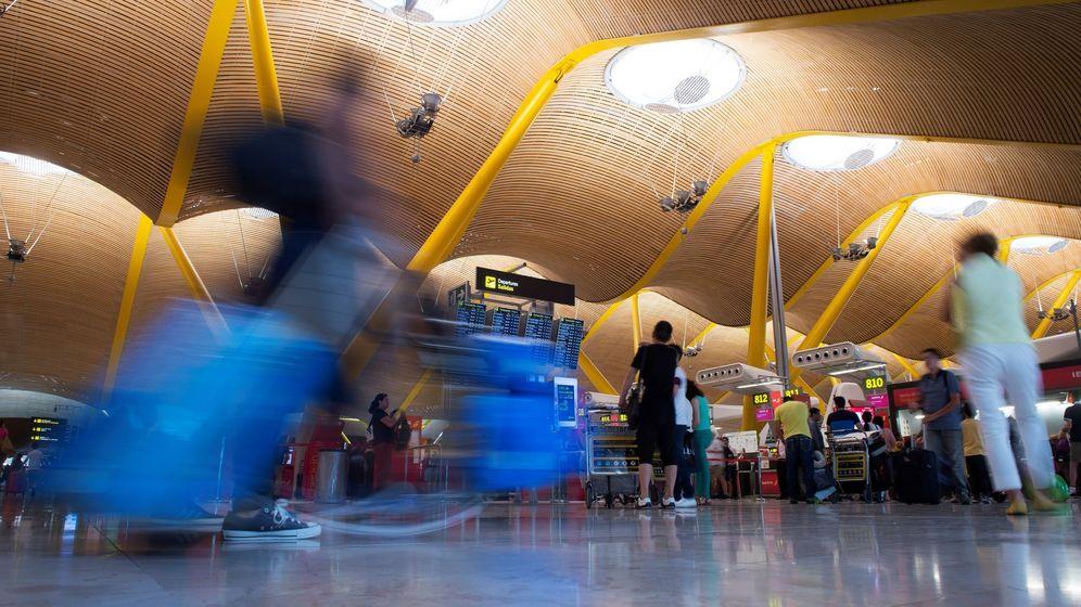 Foto: Viajeros ante los mostradores de facturación de la terminal 4 del aeropuerto de Barajas. (EFE)
