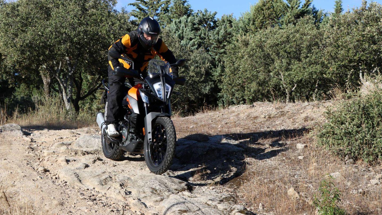 Campera. Como buena moto trail, su ligereza invita a adentrarse sin miedo por los caminos, donde responde con una eficacia notable, siempre conociendo sus límites.
