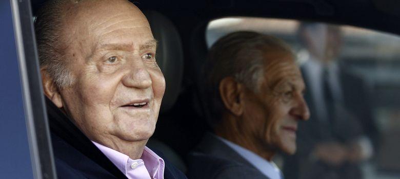 Foto: El Rey Juan Carlos a la salida de Quirón (EFE)