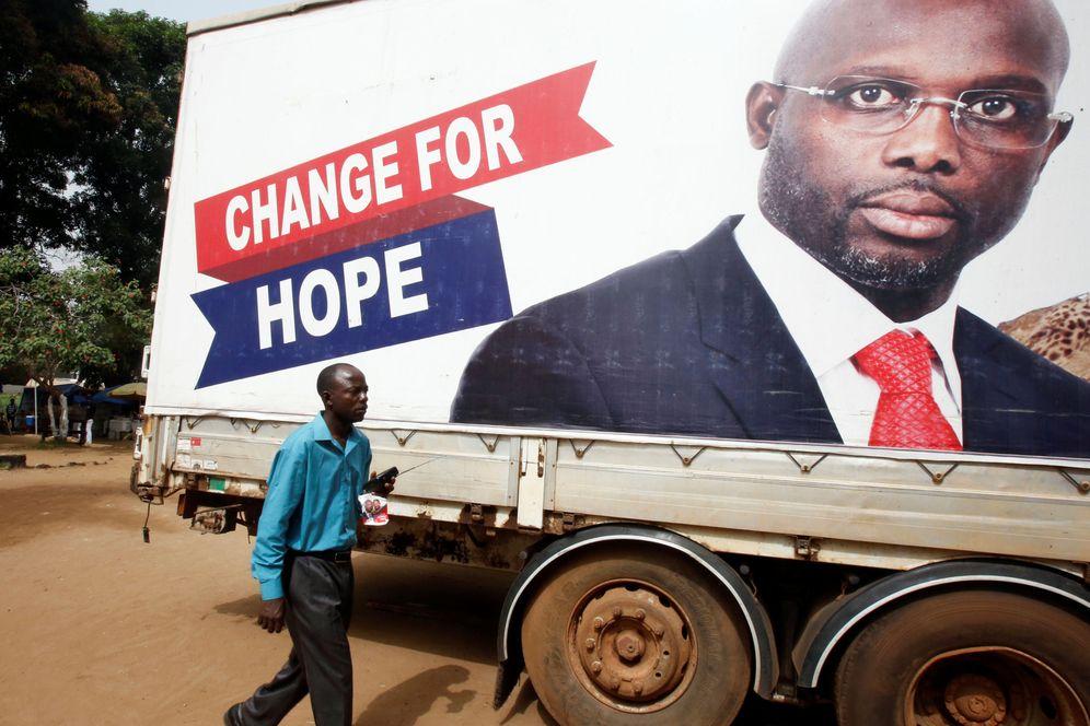Foto: Un partidario de George Weah escucha los resultados de las elecciones presidenciales en Monrovia, el 27 de diciembre de 2017. (Reuters)