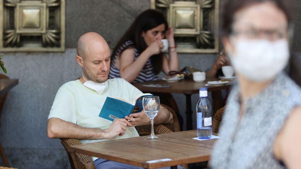 Foto: Un lector, en una terraza de Madrid. (EFE)