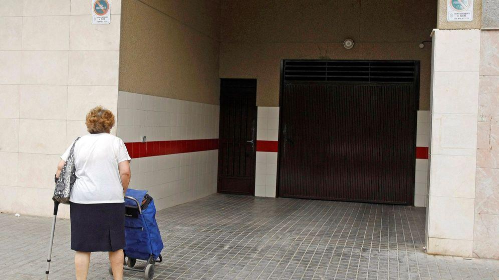 Foto: Vista de la entrada al garaje del domicilio de la mujer de 47 años que ha muerto esta mañana tras ser agredida con un arma blanca. (EFE)