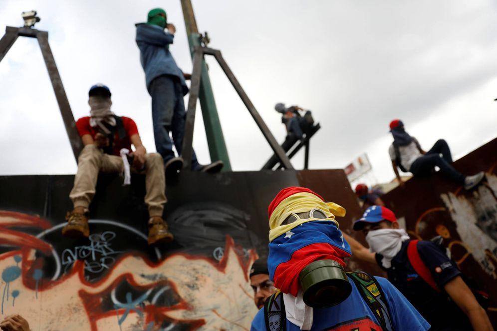 Foto: Manifestantes durante una protesta contra el presidente Nicolás Maduro, en Caracas, Venezuela. (Reuters)