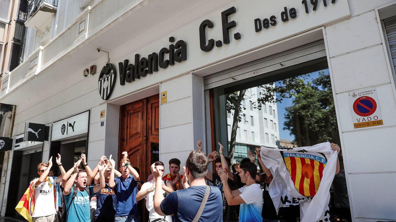 Aficionados del Valencia CF, junto a las puertas del club, a la espera de conocer el futuro de Mateu Alemany. (EFE)