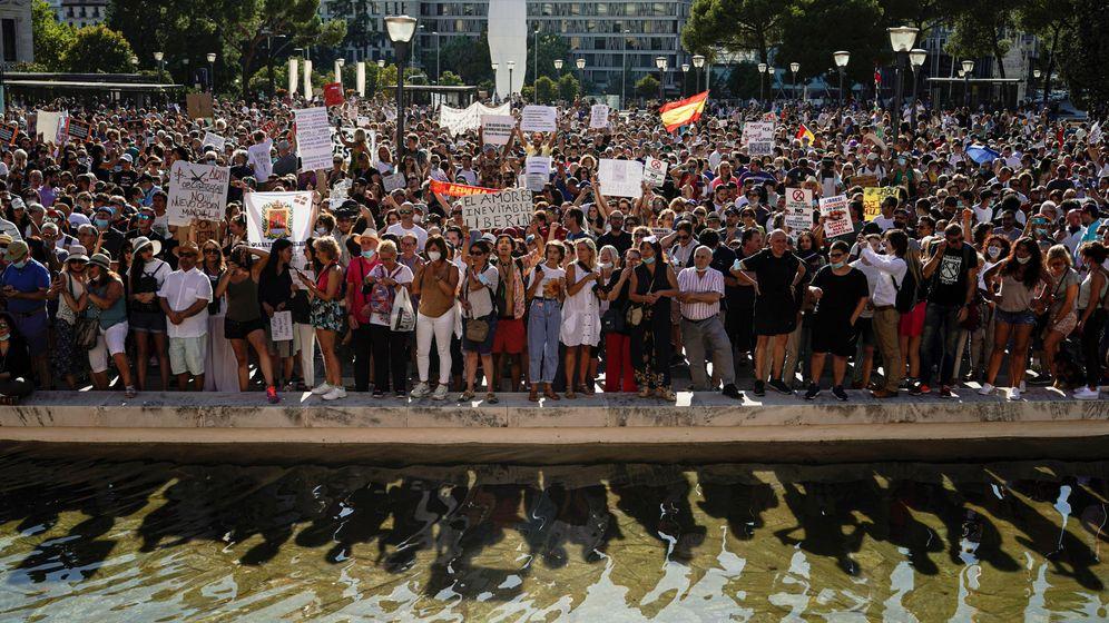 Foto: Manifestación contra las medidas anticovid en Madrid, este domingo. (Reuters)