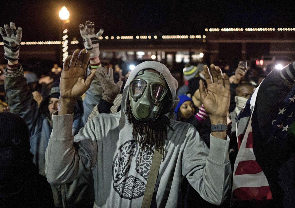 Foto: Un manifestante baila ante la policía durante una marcha de protesta en Ferguson, Misuri (Efe).