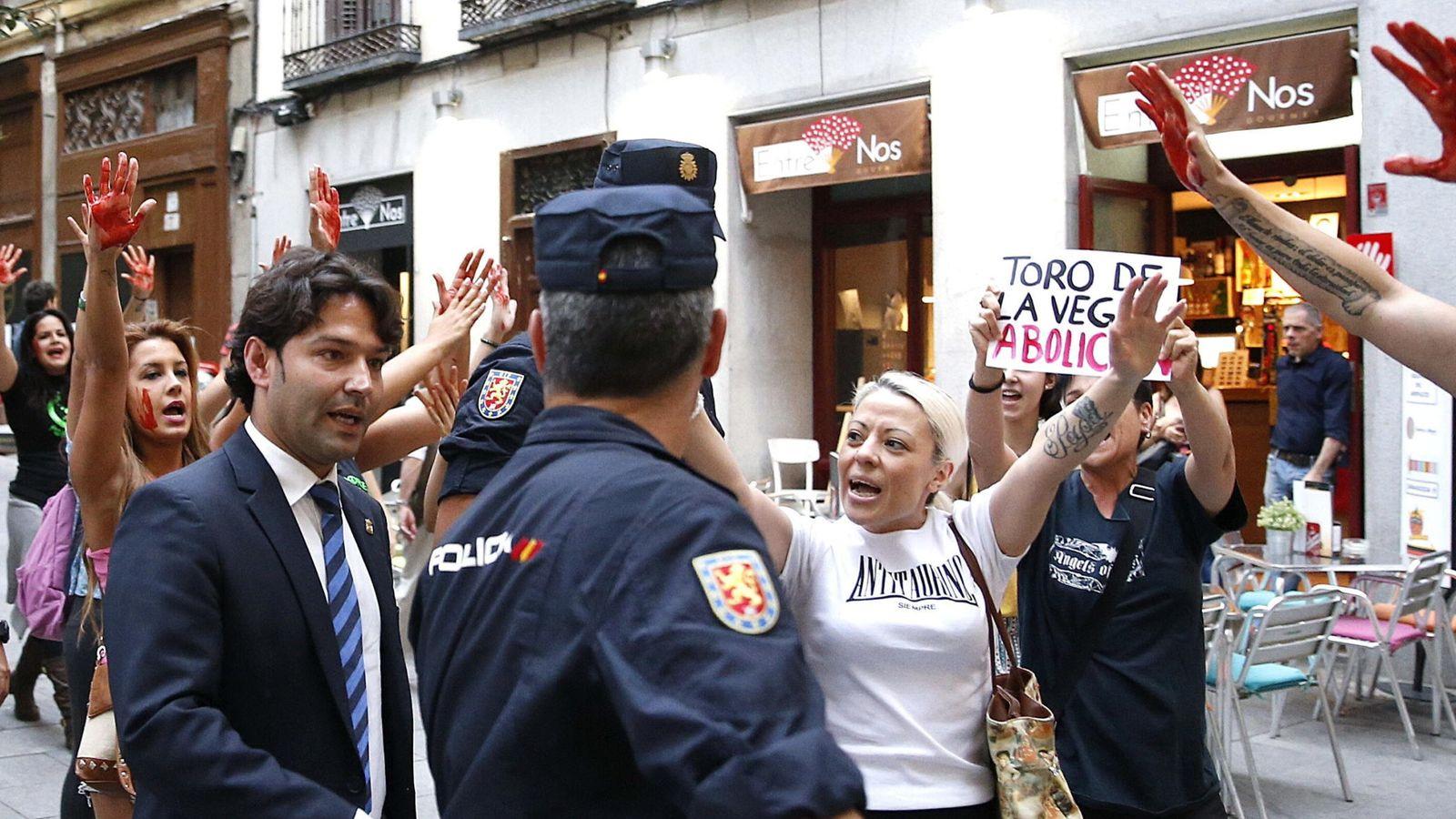 Foto: Jose Antonio Gonzalez, alcalde de Tordesillas es increpado por personas antitaurinas hace unos días. (EFE)