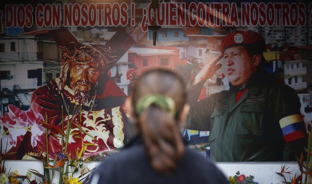 Foto: Una venezolana observa un altar dedicado a Hugo Chávez en el barrio 23 de Enero de Caracas, Venezuela. (Reuters)