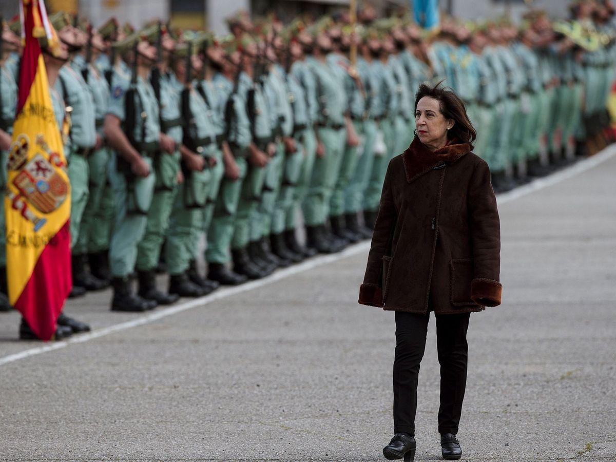 Foto: La ministra de Defensa, Margarita Robles, pasa revista al Tercio Alejandro Farnesio 4º de la Legión. (EFE)