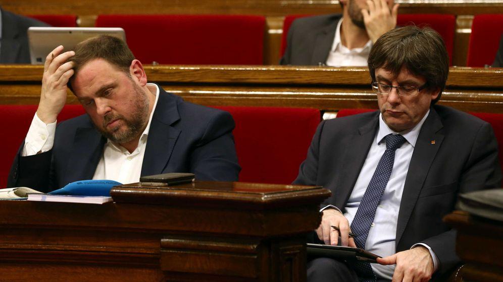 Foto: El vicepresidente del Govern y 'conseller' de Economía Oriol Junqueras, junto al presidente de la Generalitat, Carles Puigdemont. (Efe)