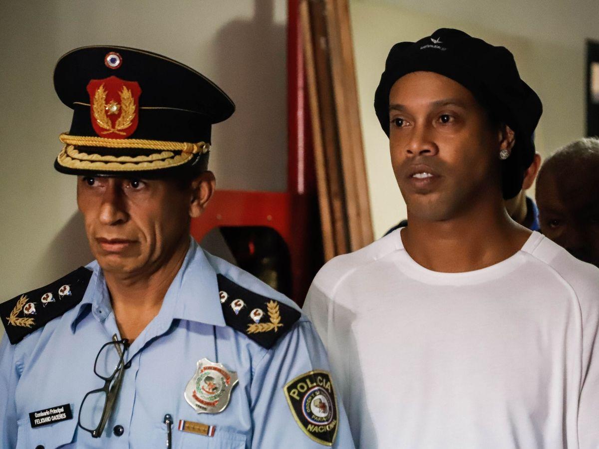 Foto: Ronaldinho comparece ante el juzgado de Asunción tras su primera noche de cárcel. (Efe)
