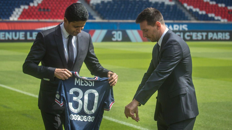 El presidente del PSG, Nasser Al-Khelaifi, presenta a Leo Messi. (EFE)