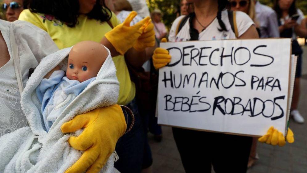 Foto: Manifestación de víctimas de la supuesta trama de bebés robados. (EFE)