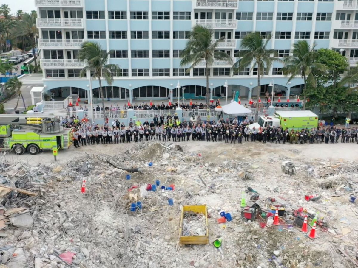 Foto: Equipo de rescate en Champlain Towers South (Miami-Dade Fire Rescue/Reuters)