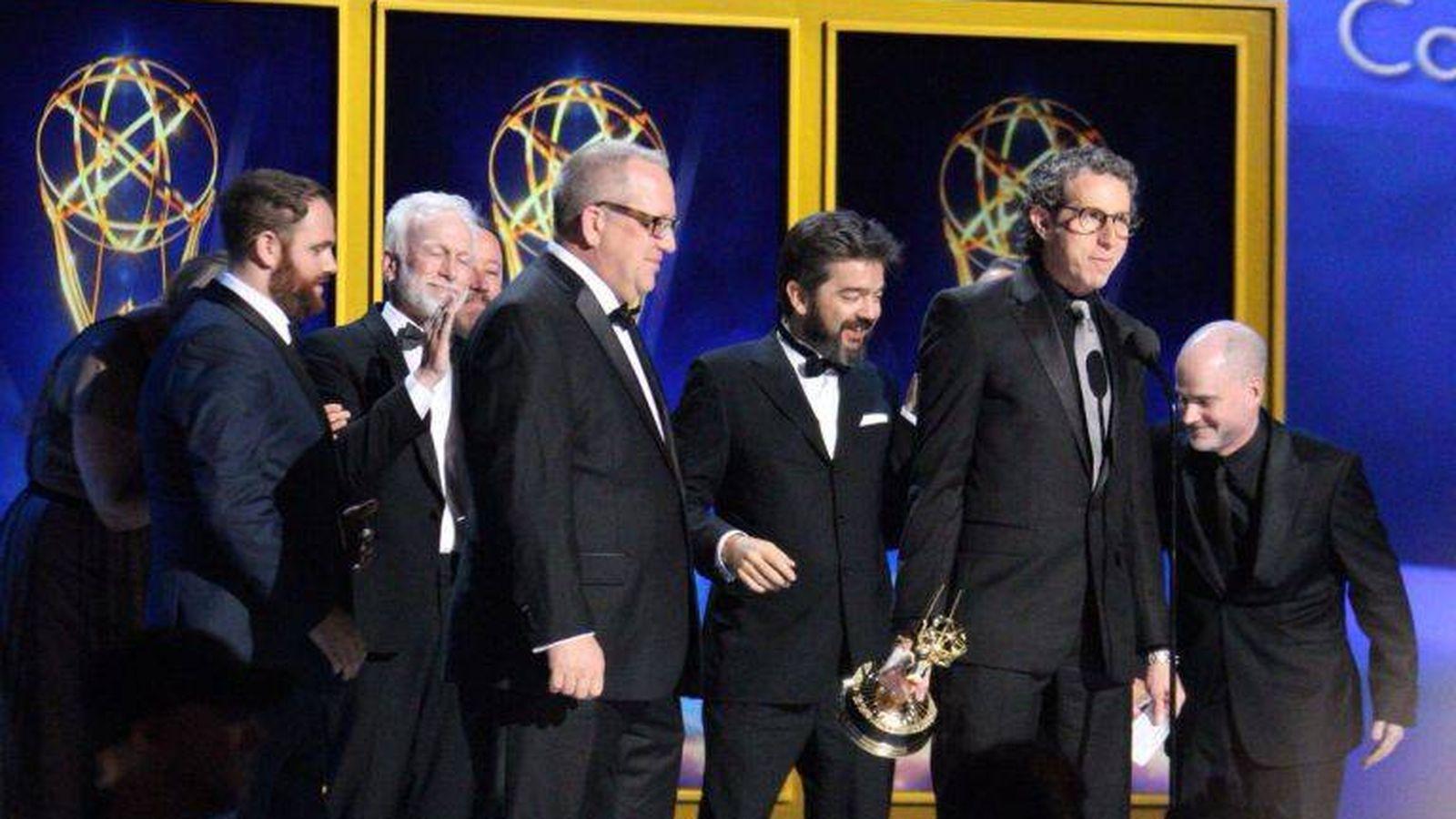 Foto: David Ramos (centro) recoge un premio Emmy junto al equipo de efectos visuales de 'Juego de tronos' (Academia de la Televisión/El Ranchito)