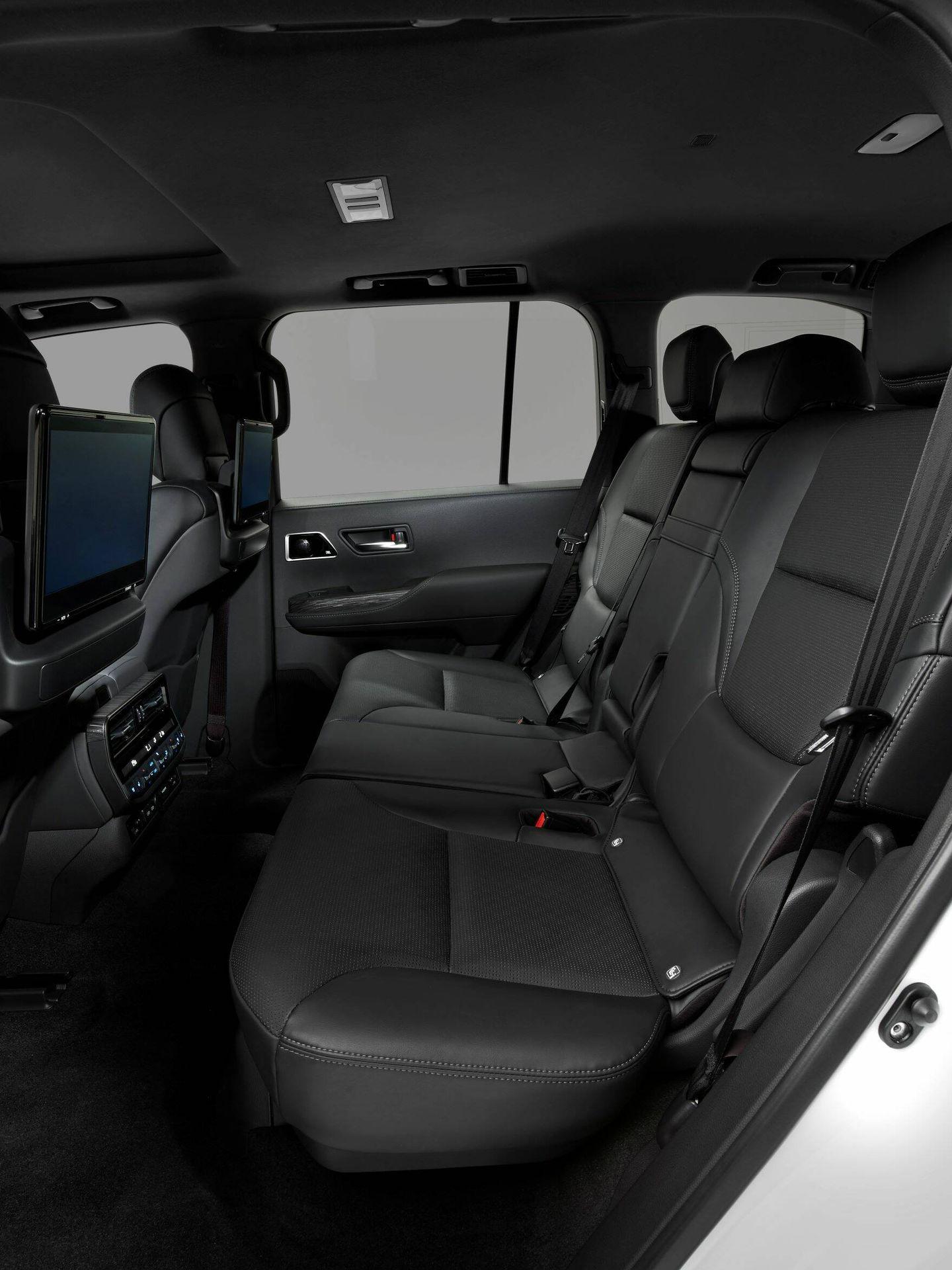 Para las plazas posteriores se ofrecerá un completo sistema multimedia. Y la carrocería larga ahora presentada contará con una tercera fila de asientos.