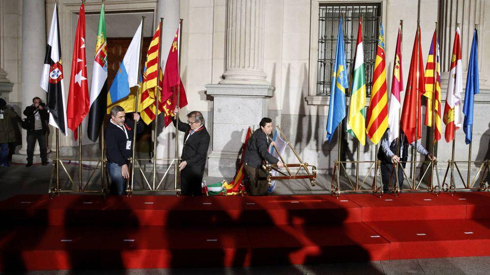 Foto: Banderas de las comunidades autónomas a las puertas del Senado. (EFE)