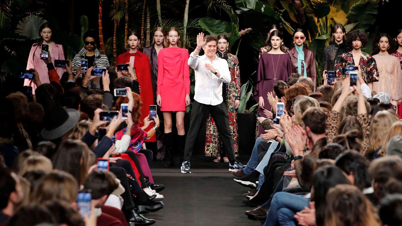Jorge Vázquez saluda tras la presentación de su colección otoño-invierno 2019-20 en la Mercedes-Benz Fashion Week de Madrid.