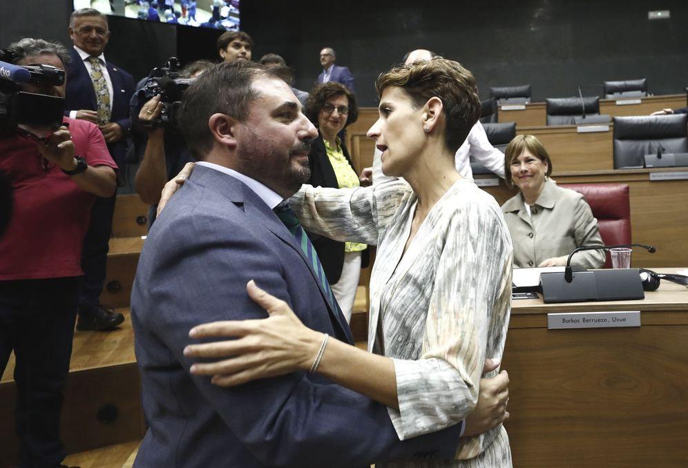 Foto: María Chivite felicita a Unai Hualde por su elección como presidente del Parlamento de Navarra. (EFE)