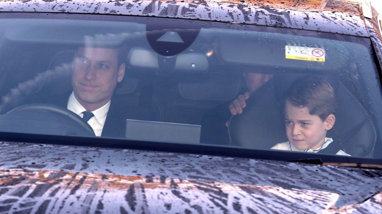 El príncipe Guillermo y su hijo George llegan al palacio de Buckingham para el almuerzo de Navidad. (Cordon Press)