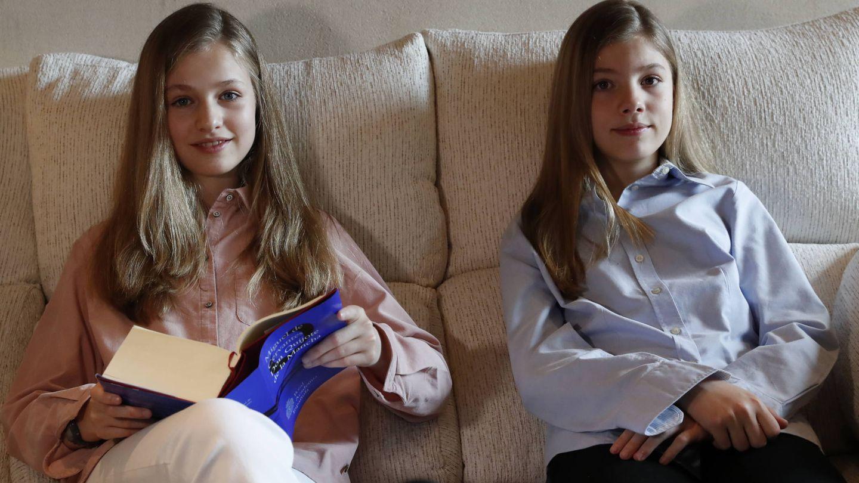 Sofía y Leonor, durante la lectura de 'El Quijote'. (Casa Real)