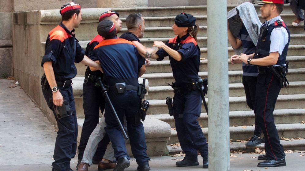 Foto: Varios 'mossos' reducen al tío de la víctima. (EFE)