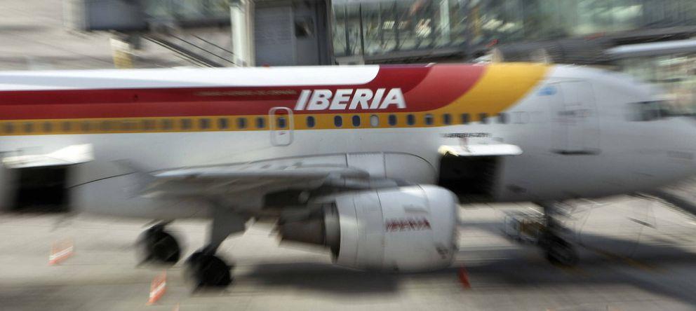 Foto: Un avión de Iberia en una de las pistas del aeropuerto de Barajas. (EFE)