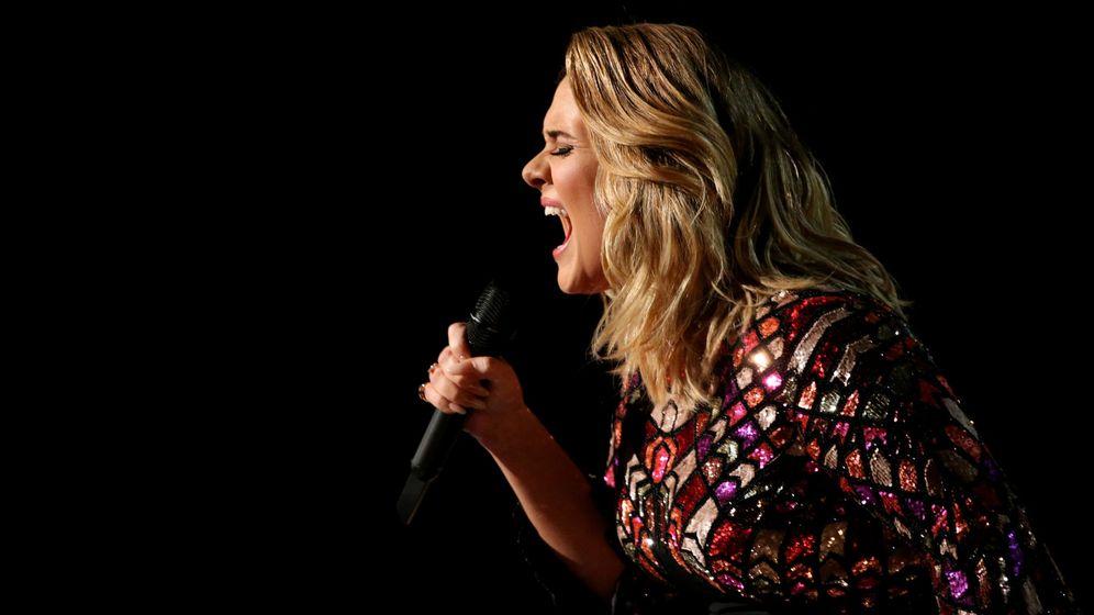 Foto: Adele dice 'Hello' en la última ceremonia de los Grammy (Lucy Nicholson / Reuters)