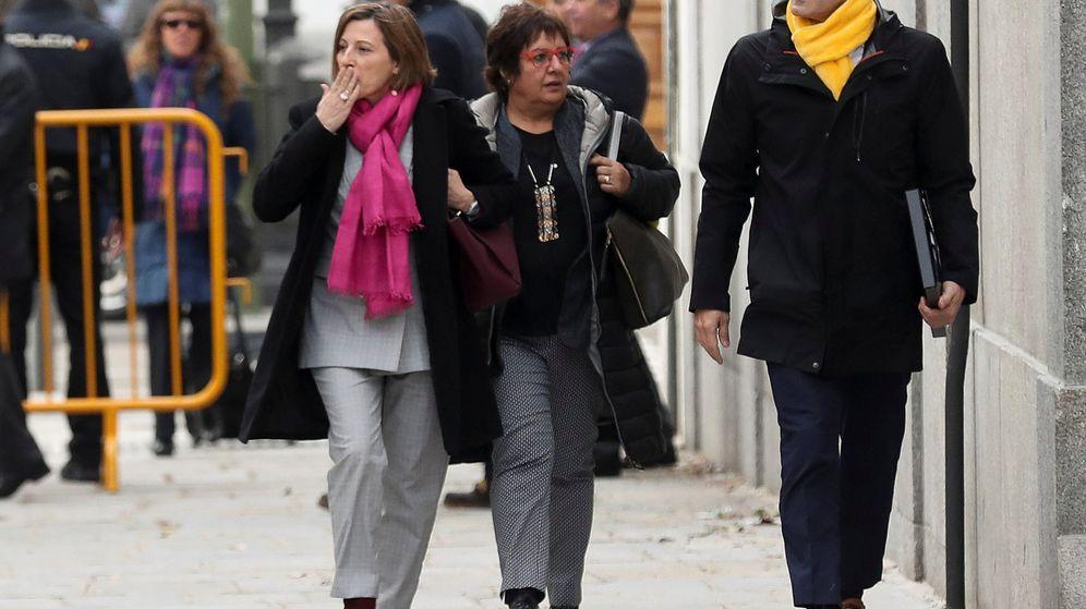 Foto: Imagen de archivo de la exconsejera de Trabajo, Dolor Bassa (d), junto a la expresidenta del Parlament, Carme Forcadell (i). (Reuters)
