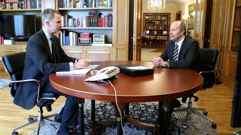 Felipe VI (i) y el ministro de Justicia, Juan Carlos Campo Moreno (d). (EFE)