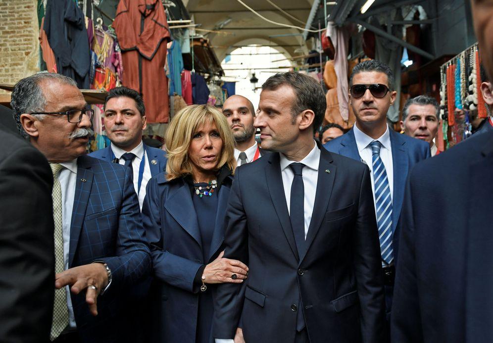 Foto: El presidente de Francia, Emmanuel Macron, y su esposa Brigitte durante una visita a Túnez, el 1 de febrero de 2018. (Reuters)