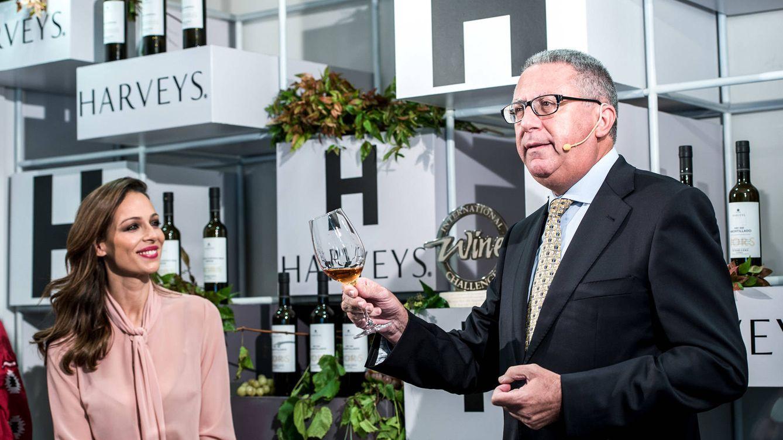 Foto: Manuel José Valcárcel, enólogo y director técnico de las bodegas Fundador, explica los matices del vino ganador. A la izquierda de la imagen, la presentadora Eva González, también presente en la cita.