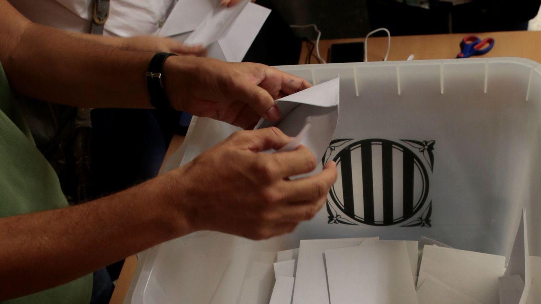 Foto: Recuento de votos en un colegio electoral en Barcelona el pasado 1-O. (Reuters)