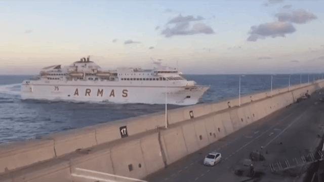 Resultado de imagen de El vertido de gasóleo solo se mantiene en el muelle con el que chocó el ferry