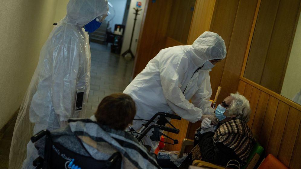 Foto: Voluntarios de la ONG Pro-Activa Open Arms trasladan a personas mayores de una residencia de Barcelona a hospitales de la ciudad. (EFE)