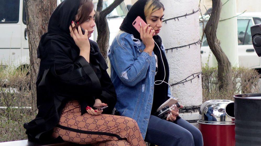 Foto: Mujeres hablan por teléfono en Teherán. (EFE)