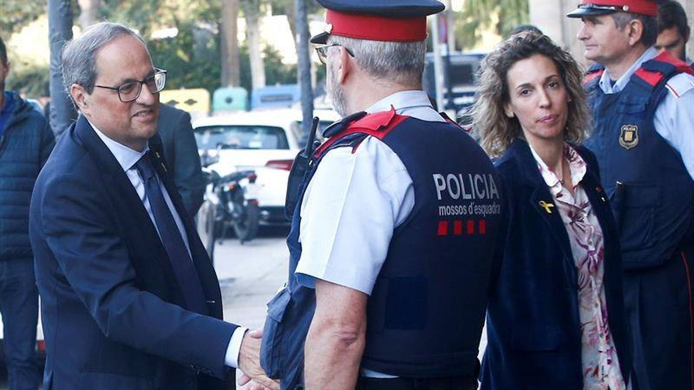 Torra saluda a un 'mosso' a su entrada en el Parlament. (EFE)
