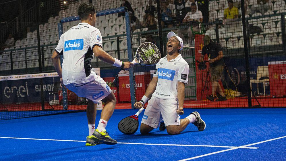 Foto: Los argentinos Fernando Belasteguín y Agustín Tapia levantan su primer título de la temporada.
