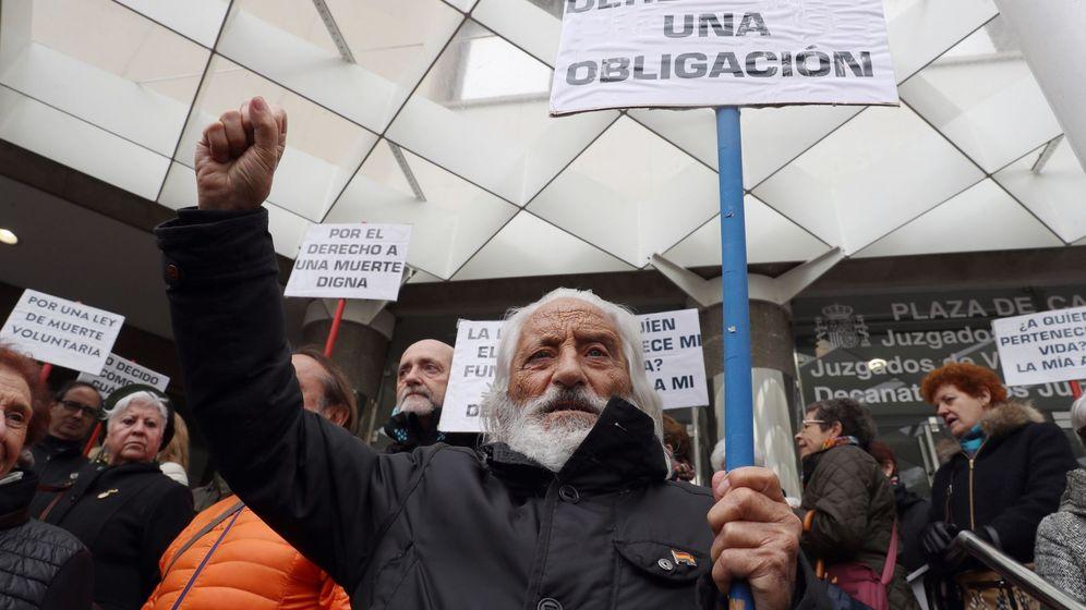 Foto: Concentración en apoyo a Ángel Hernández, el hombre que ayudó a morir a su mujer. (EFE)