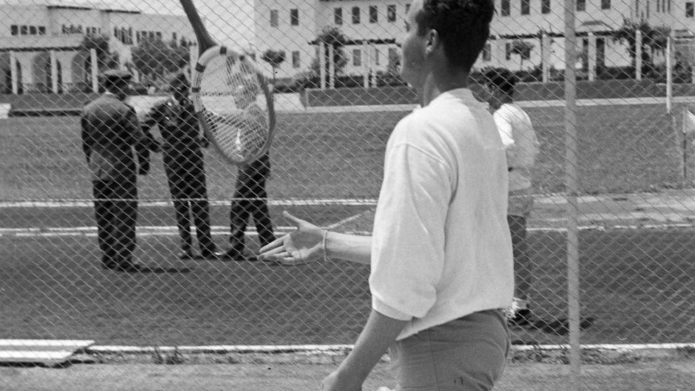 En albornoz y zapatillas Converse: la curiosa imagen desempolvada del rey Juan Carlos