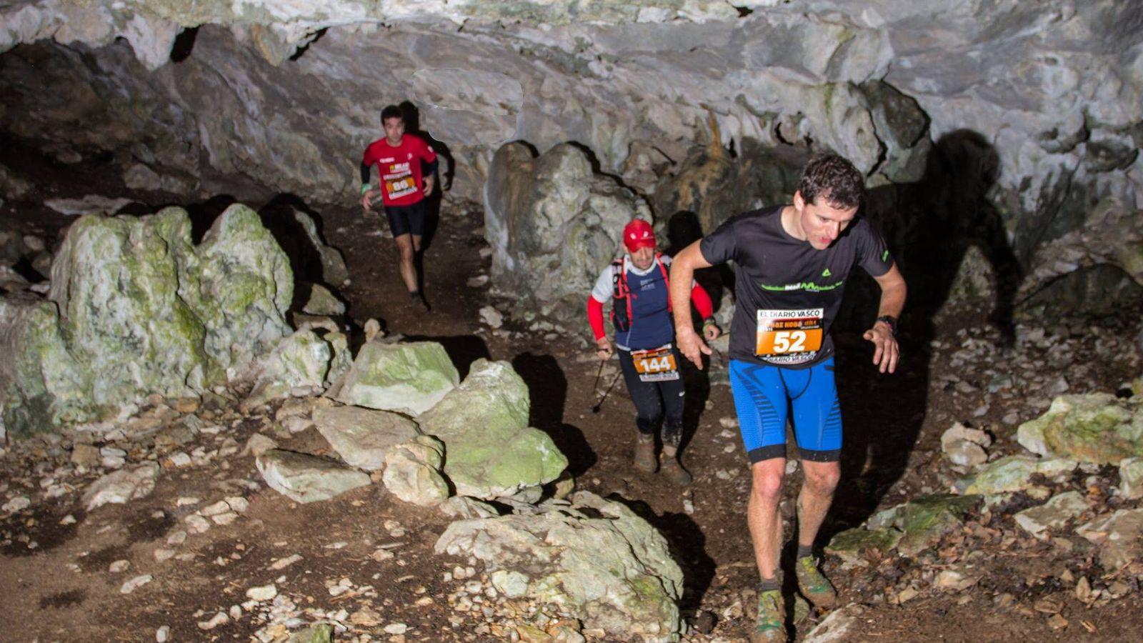 Foto: Unos corredores compitiendo en las cuevas (Ardiel).