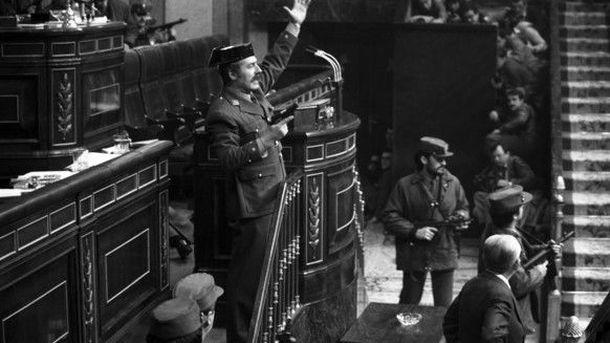 Foto: El teniente coronel Tejero irrumpe, pistola en mano, en el Congreso de los Diputados durante la segunda votación de investidura de Leopoldo Calvo Sotelo como presidente del Gobierno.  /EFE / Manuel P. Barriopedro