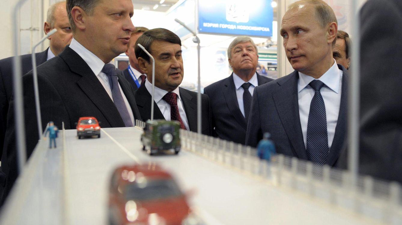 Foto:  El presidente de Rusia, Vladímir Putin (d) conversa con el ministro de Transporte, Maxim Sokolov (i) durante la inauguración del puente del río Ob en la ciudad siberiana de Novosibirsk. (EFE)