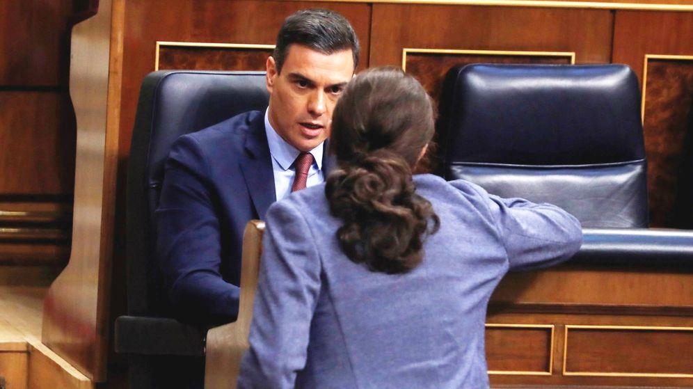 Foto: El presidente del Gobierno, Pedro Sánchez, habla con el vicepresidente, Pablo Iglesias, en el Congreso. (EFE)