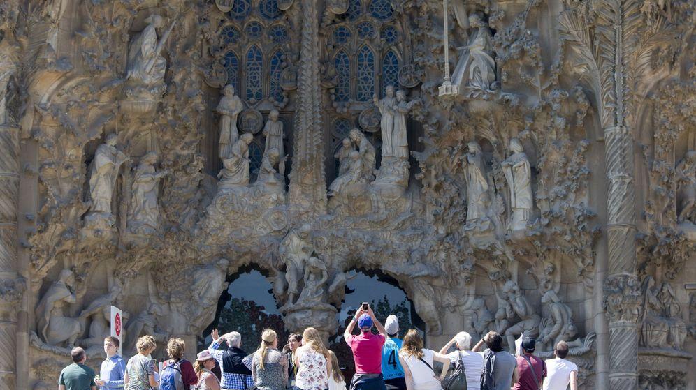 Foto:  Un grupo de turistas visita el templo de la Sagrada Familia en Barcelona. (EFE)