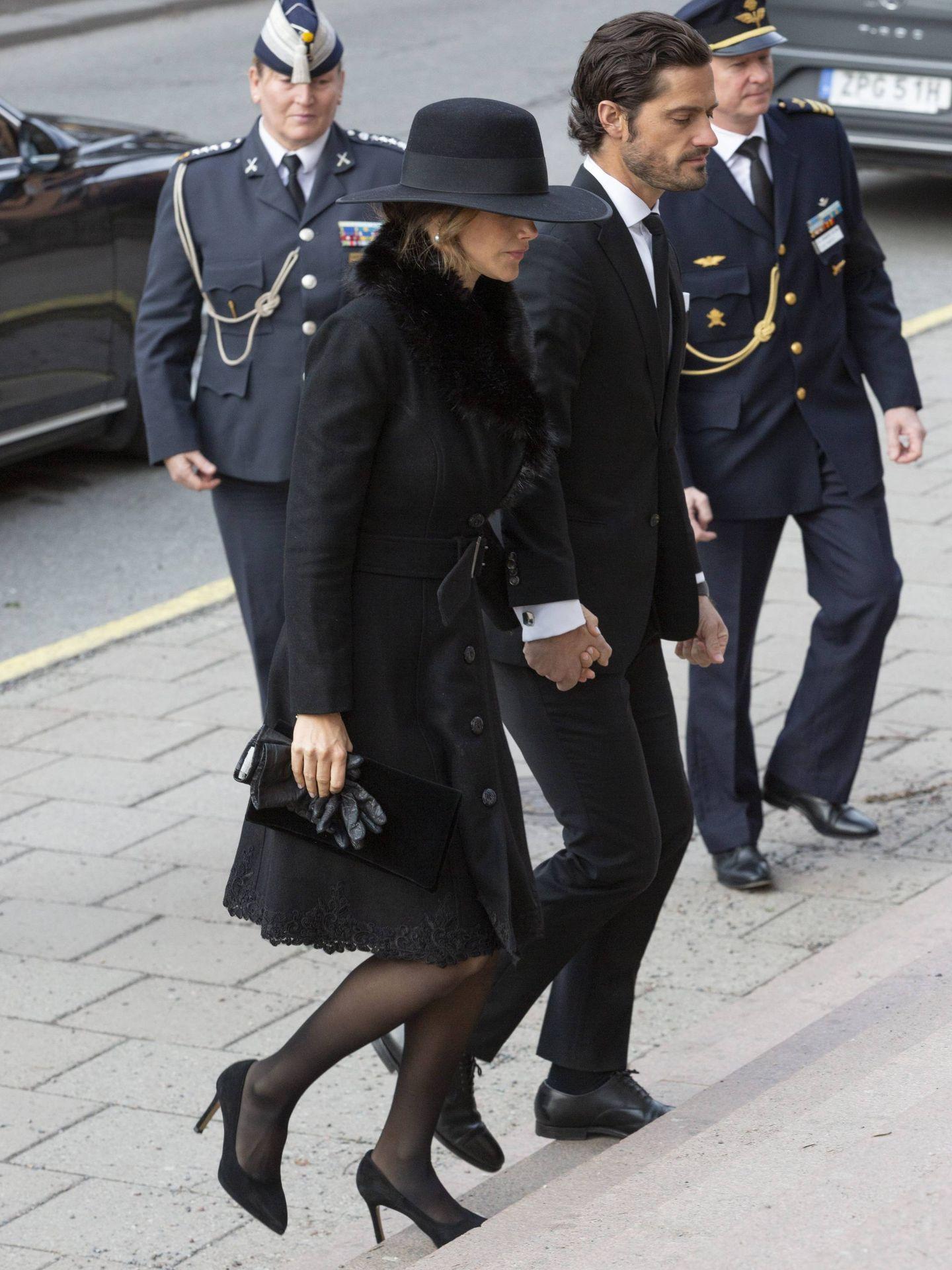 Carlos Felipe y Sofía llegando al funeral. (Cordon Press)