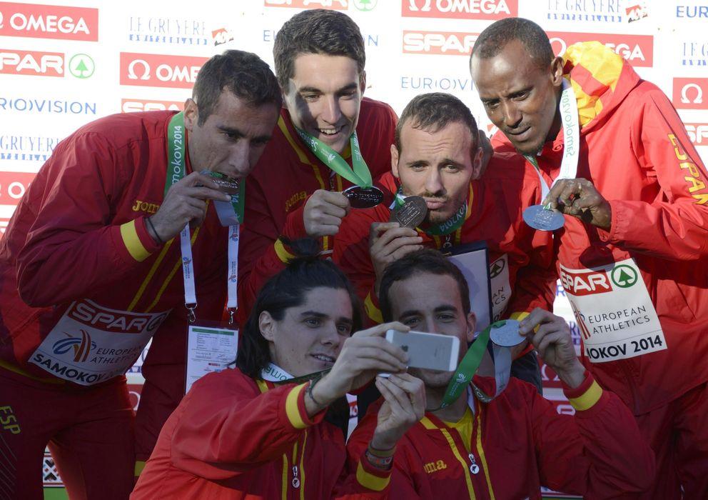 Foto: El equipo masculino español, tras colgarse la plata en el Europeo de Cross (Efe).