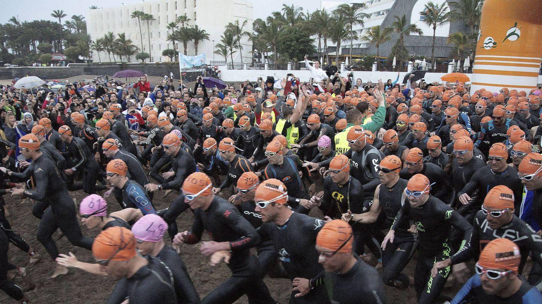 Participantes en el Ironman de Lanzarote, considerado el más duro del mundo. (Efe)