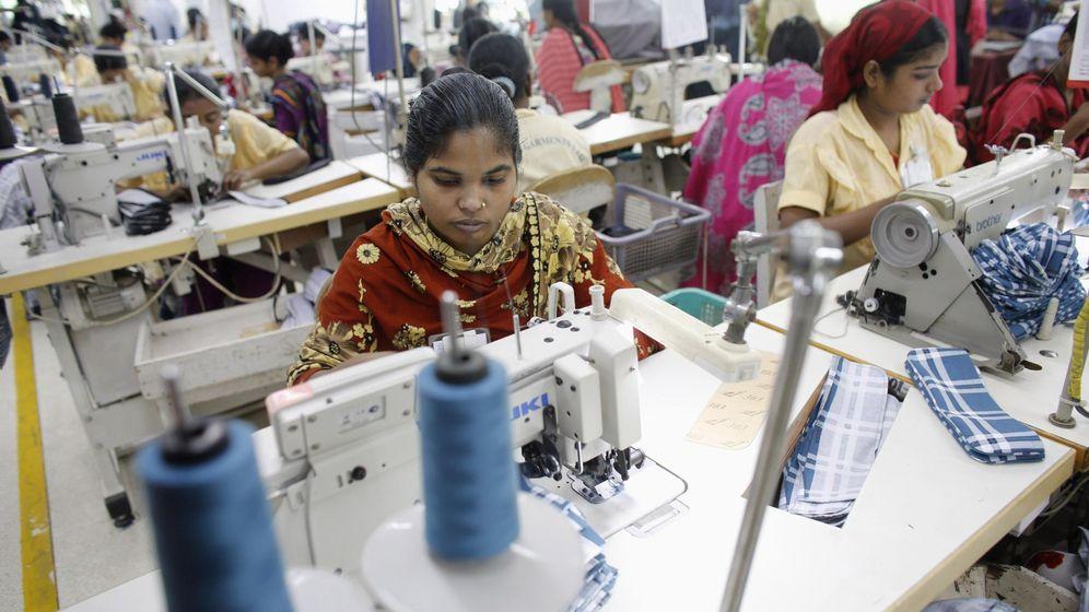 Foto: Empleadas trabajando en una fábrica de prendas de Babylon Group en Dhaka (Bangladés). (Foto: Reuters)