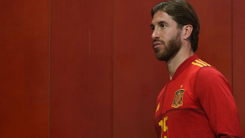 Foto: Sergio Ramos durante la presentación de la nueva camiseta de la Selección española. (Efe)